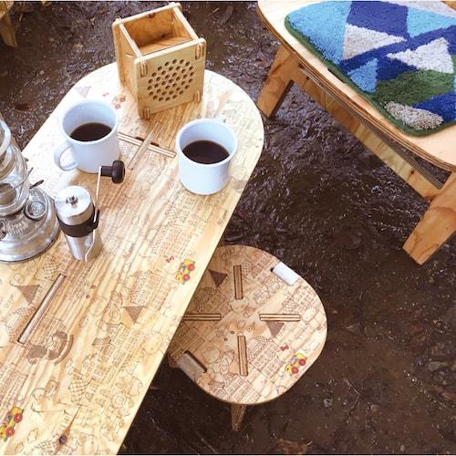 ハローキティのPANEL STOOL(パネルスツール)、テーブルとの併用イメージ