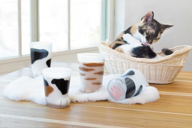 猫の「お手て」をモチーフに作られたグラス「ここねこグラス」