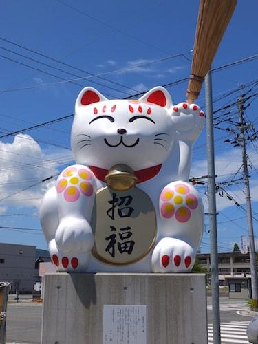 福丸の交差点にある巨大な追い出し猫