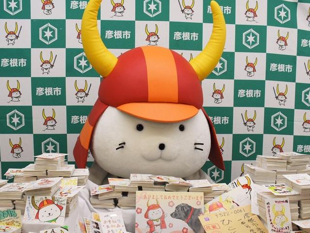 彦根市の猫キャラクター「ひこにゃん」に1万通を超える年賀状が届く