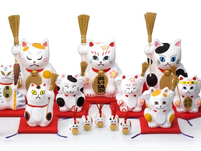 表と裏に顔がある招き猫「追い出し猫」に受験シーズンバージョンが登場