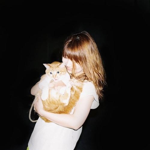イラストレーターの山中玲奈さんと愛猫・ムギ