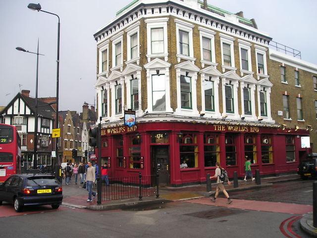 ロンドンのパブの外観(PD)