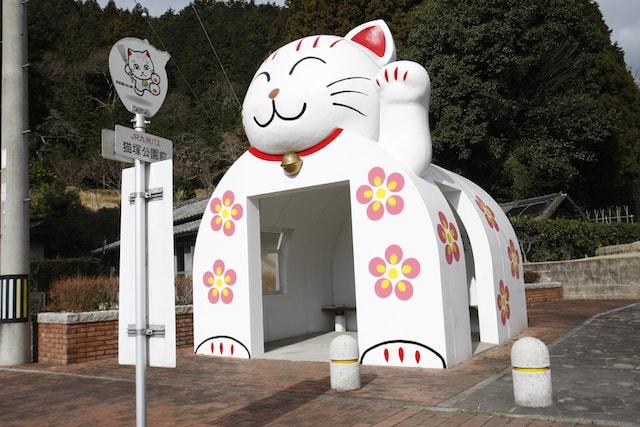 猫塚公園前バス停にある猫ドーム型の待合所