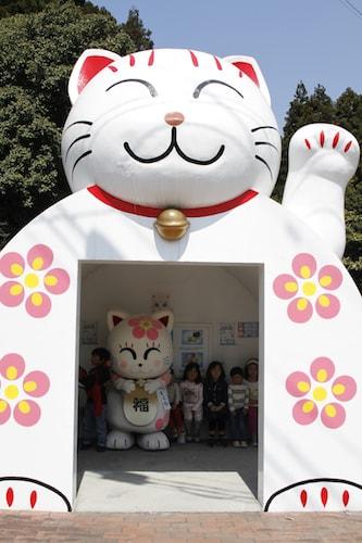 猫塚公園前バス停にある猫ドーム型の待合所(正面)