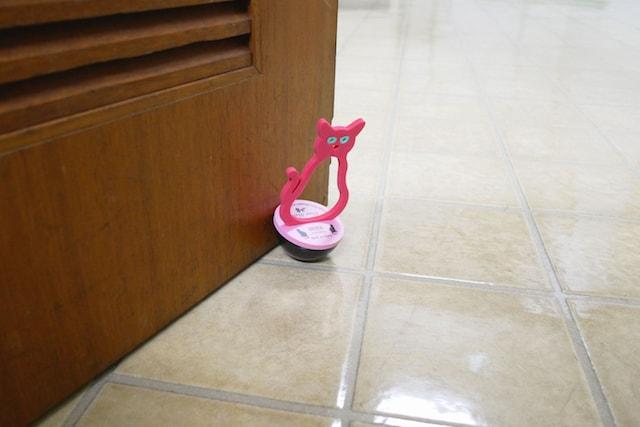 猫をモチーフにしたデザインのドアストッパー「ネコストッパー」
