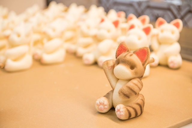 チョコレートを招き猫の形に成型