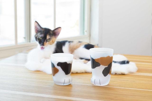 猫の手をモチーフにしたグラス(三毛猫柄)