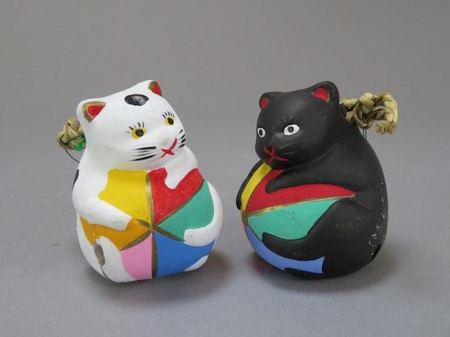 猫のアート作品・の小川昌信「毬乗り猫 下野土鈴」