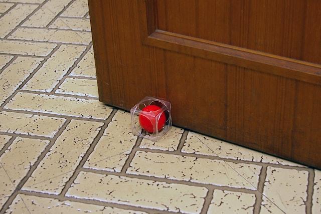 ドアストッパー「Door Cube(ドアキューブ)」の使用イメージ