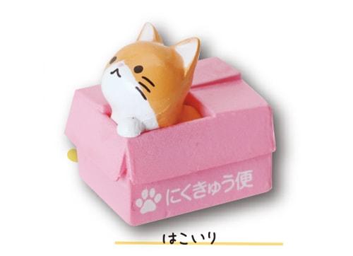 ダンボールに入る猫のマスコット by 子ねこバスボール