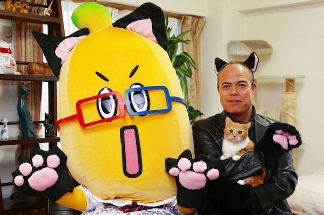 猫のコスプレをする田中要次さん(BSニャパンの1日宣伝部長)