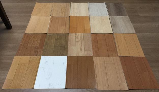 クッションフロアシートのサンプルを床に並べた様子