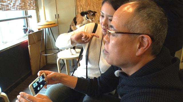 猫を撮影する田中要次さんと、写真家・松井紀子