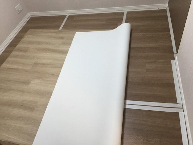 部屋のフローリングに両面テープを格子状に貼る