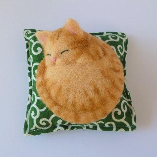 羊毛フェルトで作った猫 by 作家:ひるねや