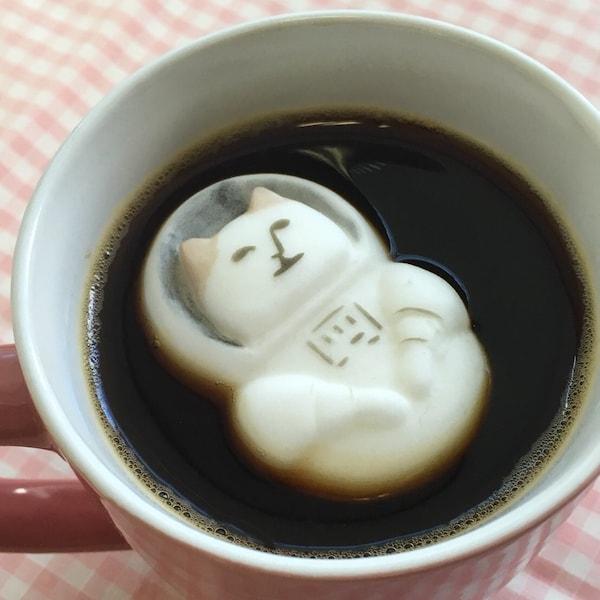 コーヒーに浮かべた「NYASA(にゃさ) マシュマロ」