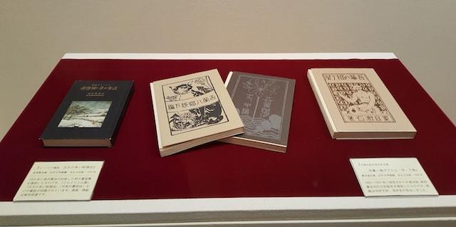 「作家と猫」展の展示作品、作家の初版本の復刻版