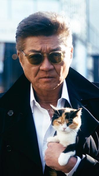 三毛猫を抱える顔面凶器・俳優の小沢仁志さん