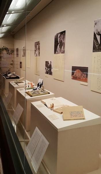 「作家と猫」展の展示風景