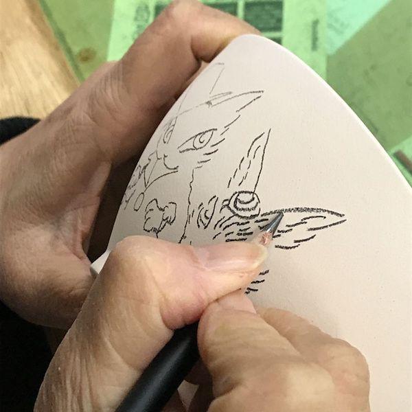 お茶碗にイラストを描く池田あきこさん