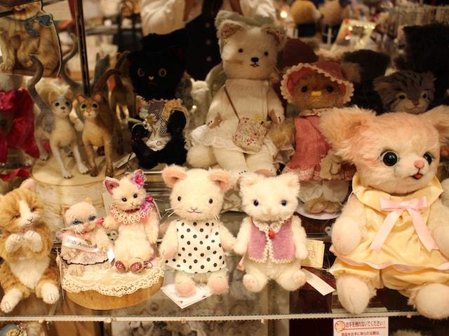 猫人形の展示即売会の様子 by ドールショップ・タイムロマン