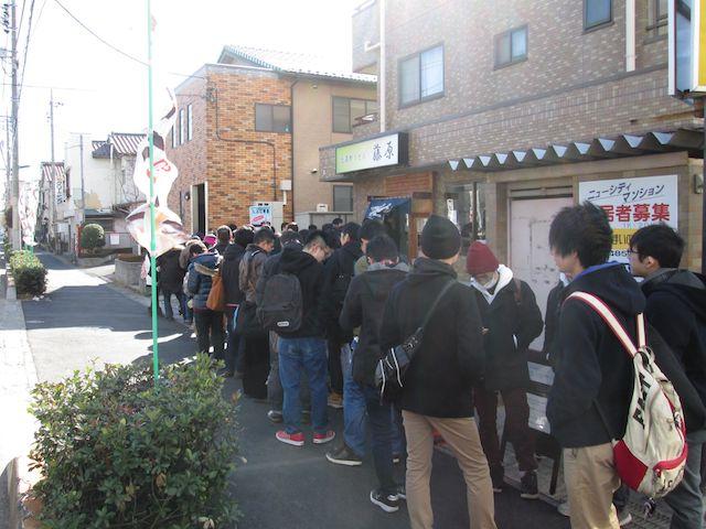 「武蔵野うどん 藤原」に行列が並ぶ様子