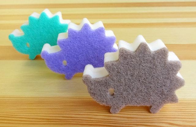 3種類のカラーがセットになったハリネズミ型のキッチンスポンジ