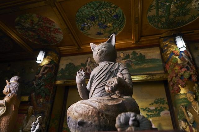 左手に猫を乗せたネコ大仏「猫を抱く大仏」 by 水谷満