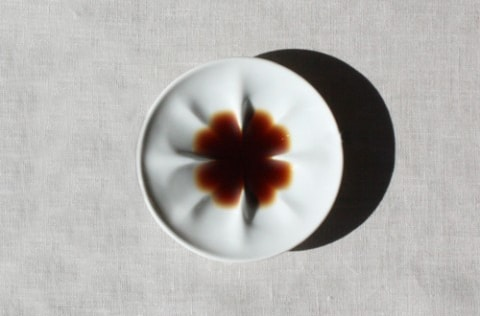 ecru〈エクリュ〉の醤油皿、クローバー柄