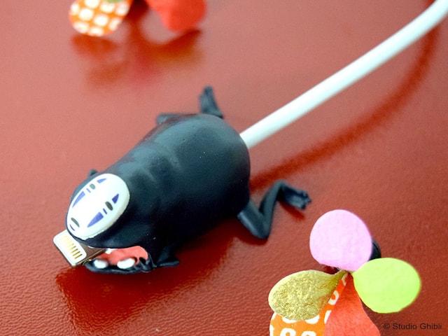 カオナシに充電ケーブルを通したイメージ