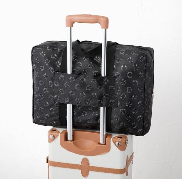 キャリーケースに固定した「おすましプーちゃんのボストンバッグ」