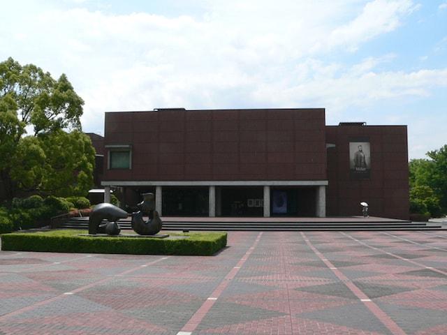 山梨県立美術館の外観