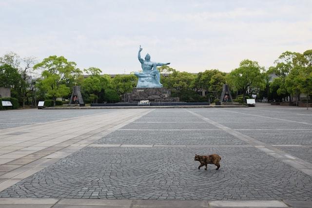 長崎の平和祈念像と猫の写真 by 蔵人