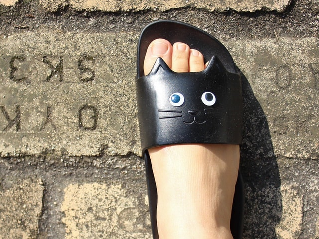 ビーチで履くと楽しい!黒目が動くネコ型サンダル「キャットサンダル」