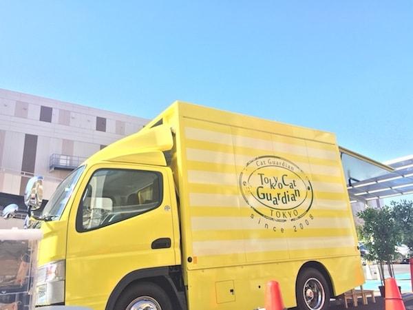 移動式の譲渡会場車「幸せの黄色い車」の外観