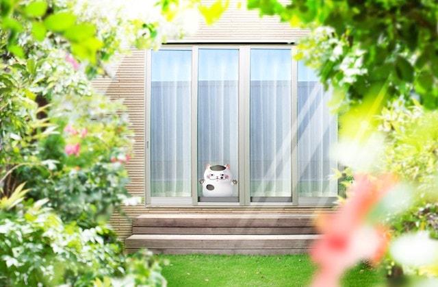 窓際に置いたふくまるの巨大ぬいぐるみ by おじさまと猫