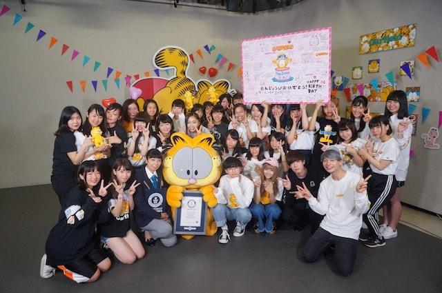 ギネス世界記録を達成したガーフィールドのマスコットと女子高生たちの記念写真