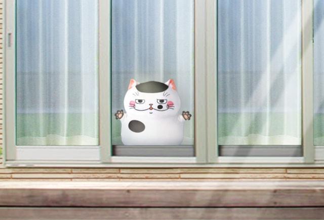 窓際に置いたふくまるの巨大ぬいぐるみ(拡大写真) by おじさまと猫