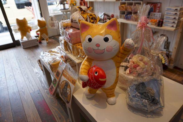 petit necol(プチネコル)の店内に飾られている茶トラ猫の置物「コロンちゃん」