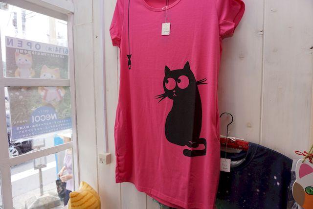 ビビッドカラー×黒猫のTシャツ
