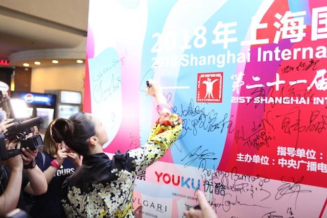 上海国際映画祭のパネルにサインを書く沢尻エリカ