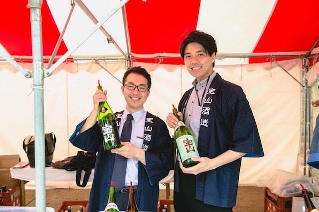 宝山酒造の次期蔵元・渡辺桂太氏(猫)と営業の若松秀徳氏(犬)