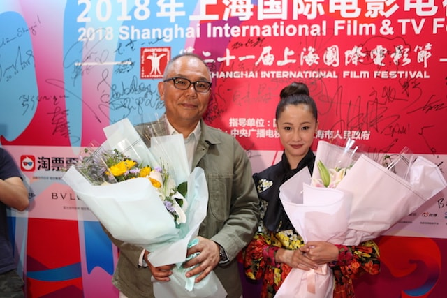 上海国際映画祭で記念写真に応じる沢尻エリカさんと犬童監督。