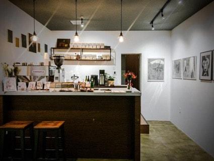 アートスペース&コーヒーショップ「CLOUDS ART+COFFEE」の内観