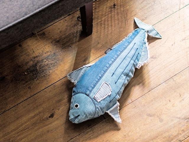床に置くと水揚げされた魚のように見える猫キッカー「デニムカツオ」
