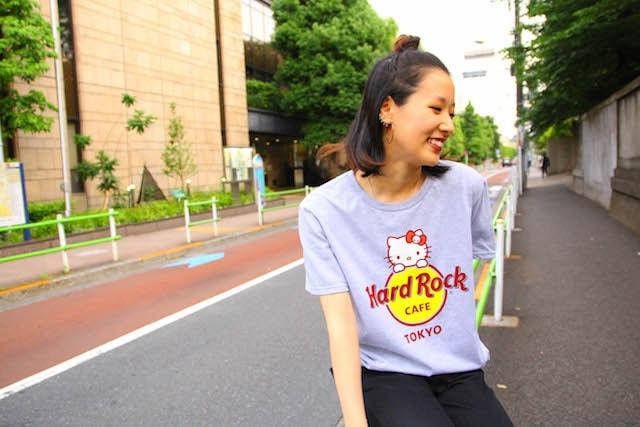 「ハローキティ」と「ハードロックカフェ」のコラボTシャツ着用イメージ
