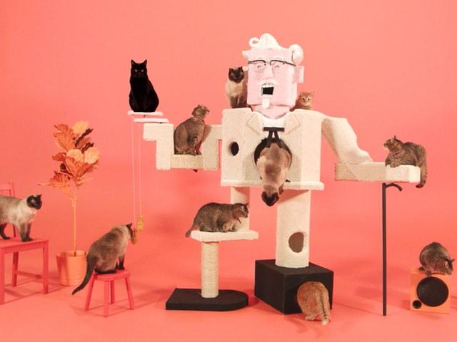 【動画】猫も楽しそう!ケンタッキーのカーネル・サンダースがキャットタワーに