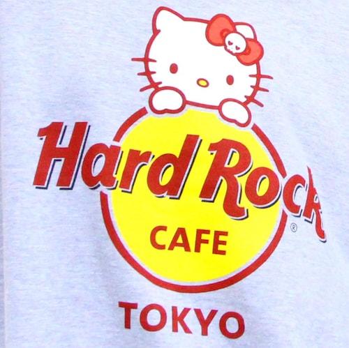 Unisex Hello Kitty Logo Tee-Grey(ロゴアップ写真) by ハローキティとハードロックカフェのコラボTシャツ