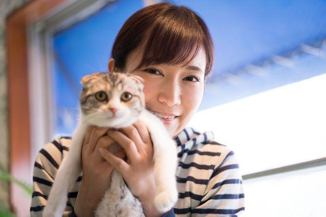 猫を抱える女性 マイリノペットforねこ